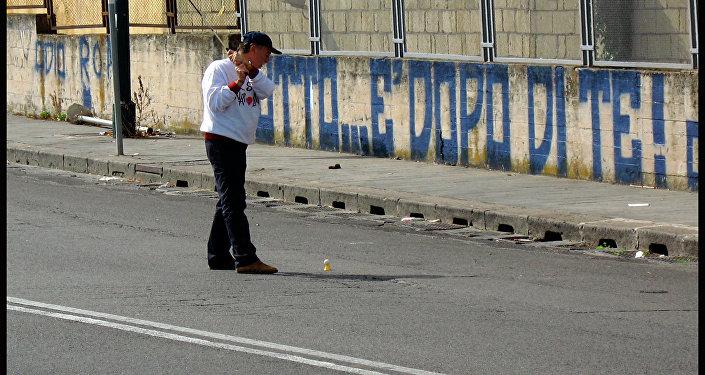 Golf nelle buche stradali a Napoli per denunciare il degrado della città