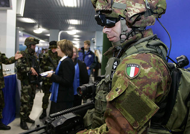 Soldato italiano armato con dispositivi all'avanguardia