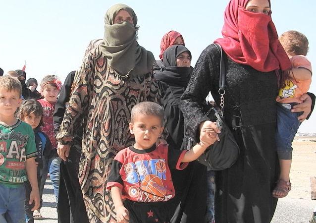 Siriani attraversano il corridoio umanitario