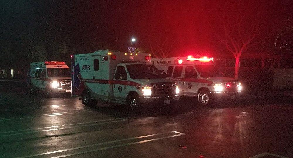 Ambulanze sul luogo della sparatoria in un ristorante a Thousand Oaks, California