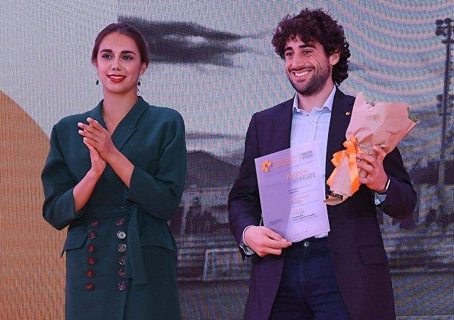 Andrea Alai premiato dalla campionessa olimpica di ginnastica Margherita Mamun