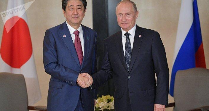 Il presidente russo Vladimir Putin e il primo ministro giapponese Shinzo Abe