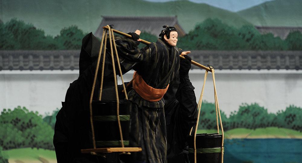 Una scena della piece teatrale tratta dal film The Love Suicides at Sonezaki di Midori Kurisaki
