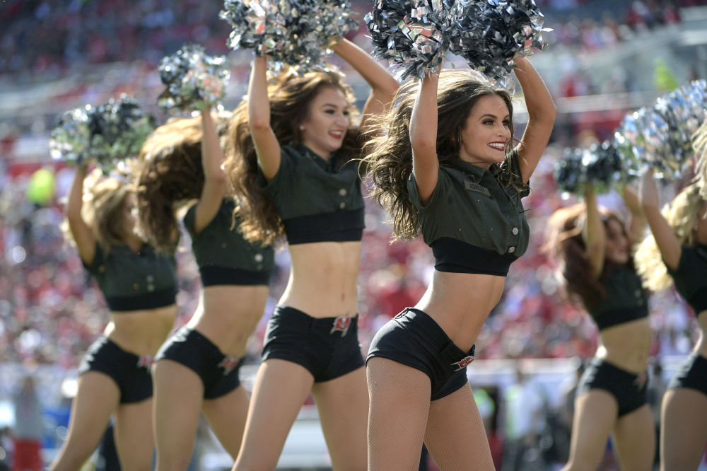 Una squadra di cheerleader durante una partita di football a Tampa, FLA.