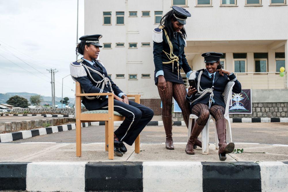 Le ragazze da una banda musicale aspettano l'innaugurazione di un ospedale specializzato in Etiopia del nord.