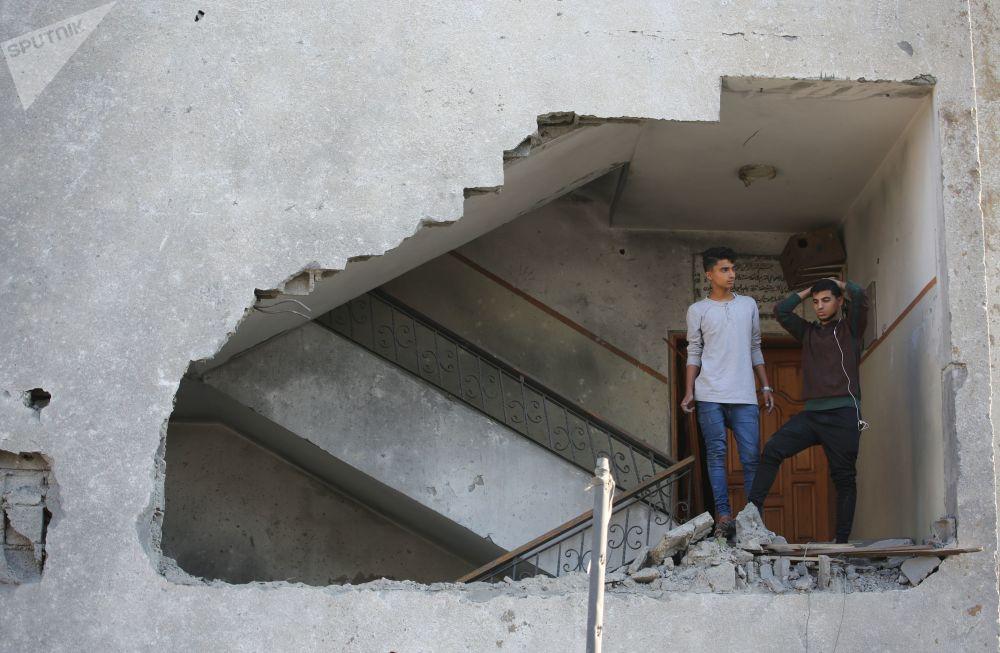 I giovani in un edifizio residenziale daneggiato dal bombordamento missilistico dell'Israele nella striscia di Gaza.