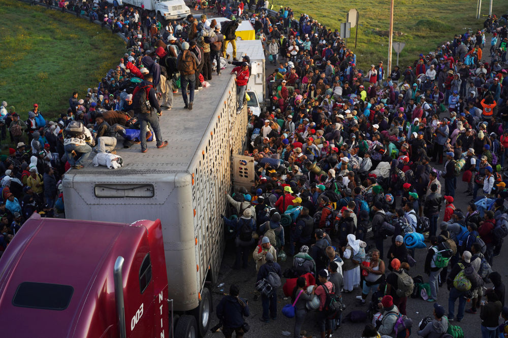 Migliaia di migranti proseguono verso gli USA dal Messico.