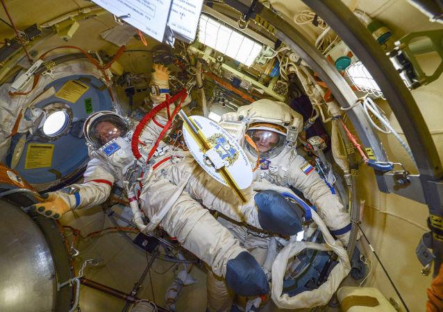 Подготовка к выходу в открытий космос