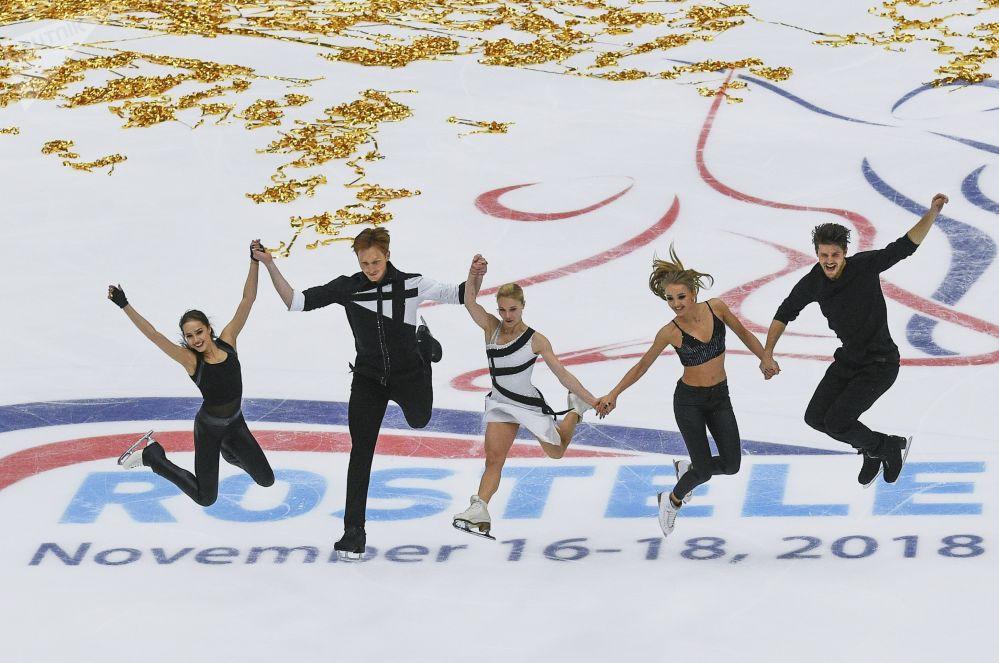 I pattinatori russi Alina Zagitova, Evgeniya Tarasova, Vladimir Morozov, Alexandra Stepanova e Vladimir Morozov.