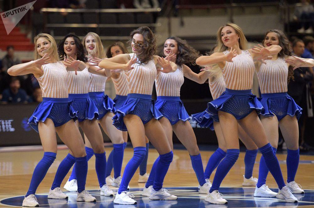 Le cheerleader della squadra di pallacanetro Zenit.