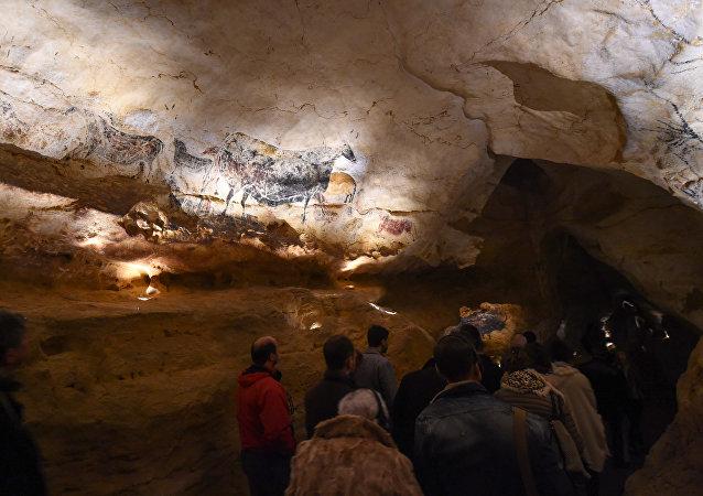 La gente visita la nuova replica delle pitture rupestri di Lascaux durante la prima apertura pubblica il 15 dicembre 2016 a Montignac