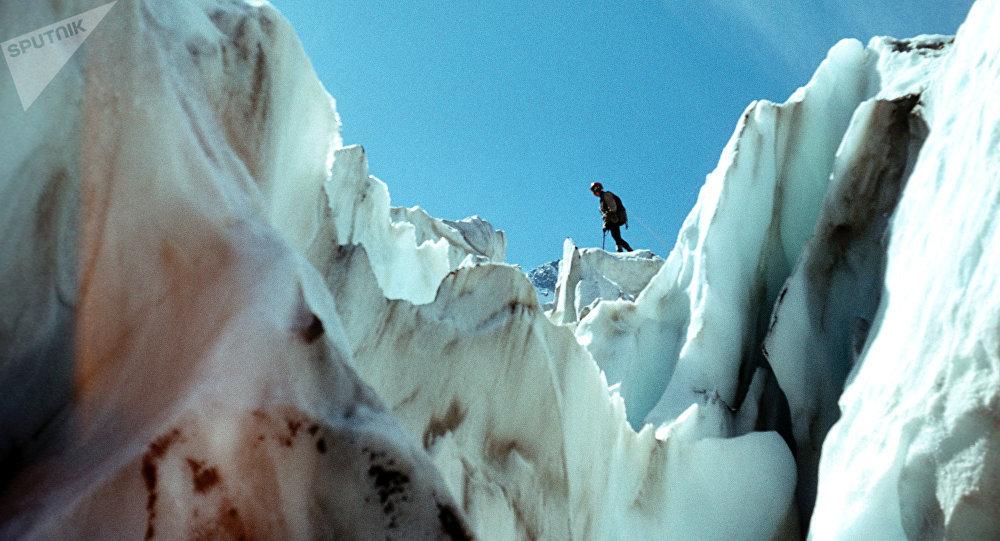 Crepaccio sul ghiacciaio Djankutsk in Cabardino Balcaria