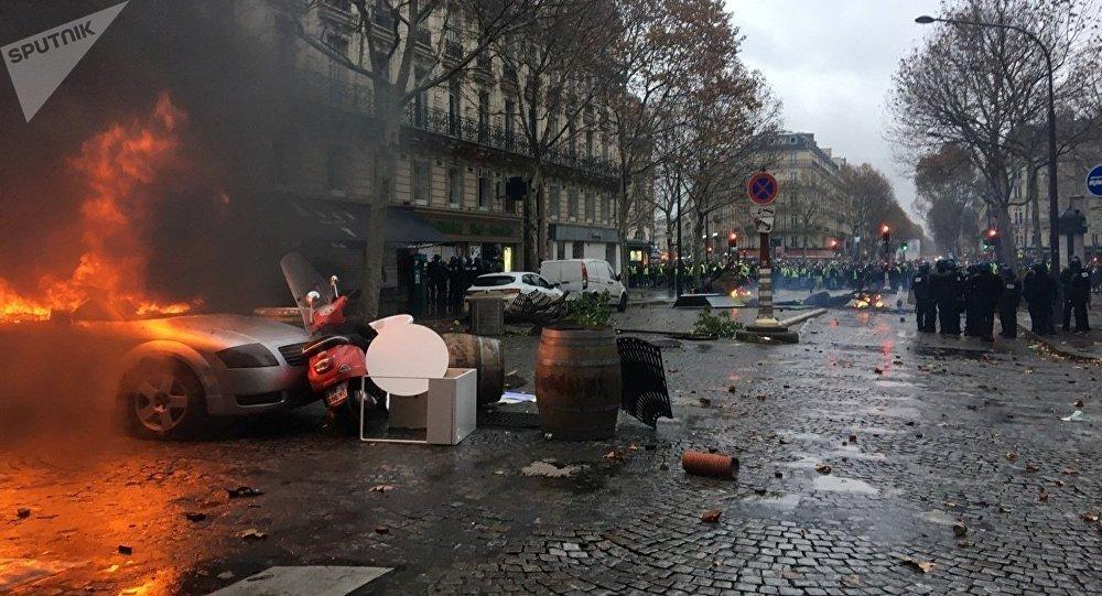Parigi, Gilet gialli di nuovo in piazza
