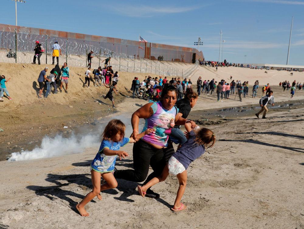 Migranti vicino al confine tra Usa e Messico.