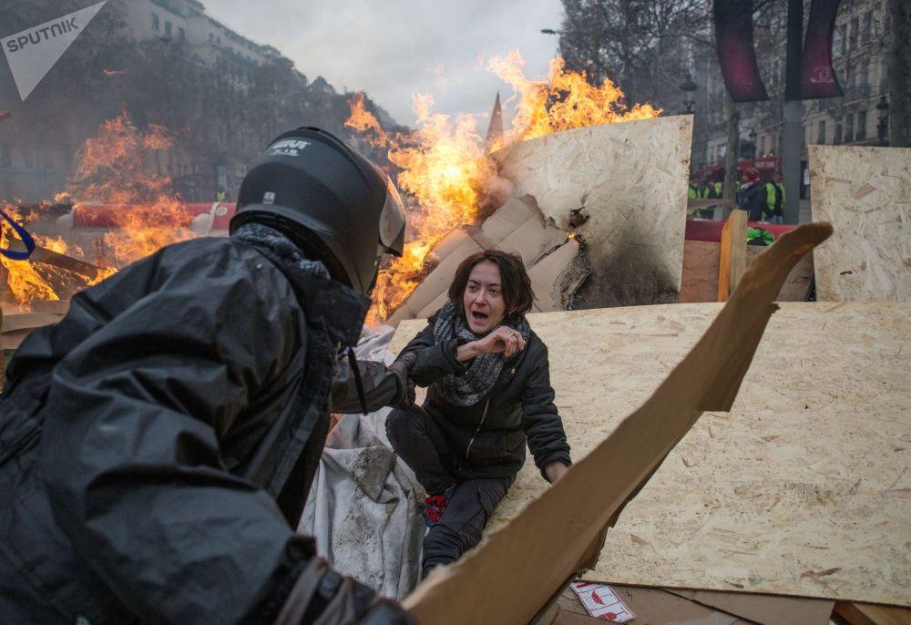 Durante le proteste dei gilet gialli a Parigi.