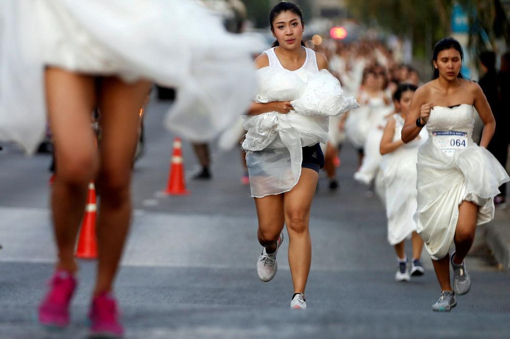 'La corsa delle spose' a Bangkok, Thailandia.