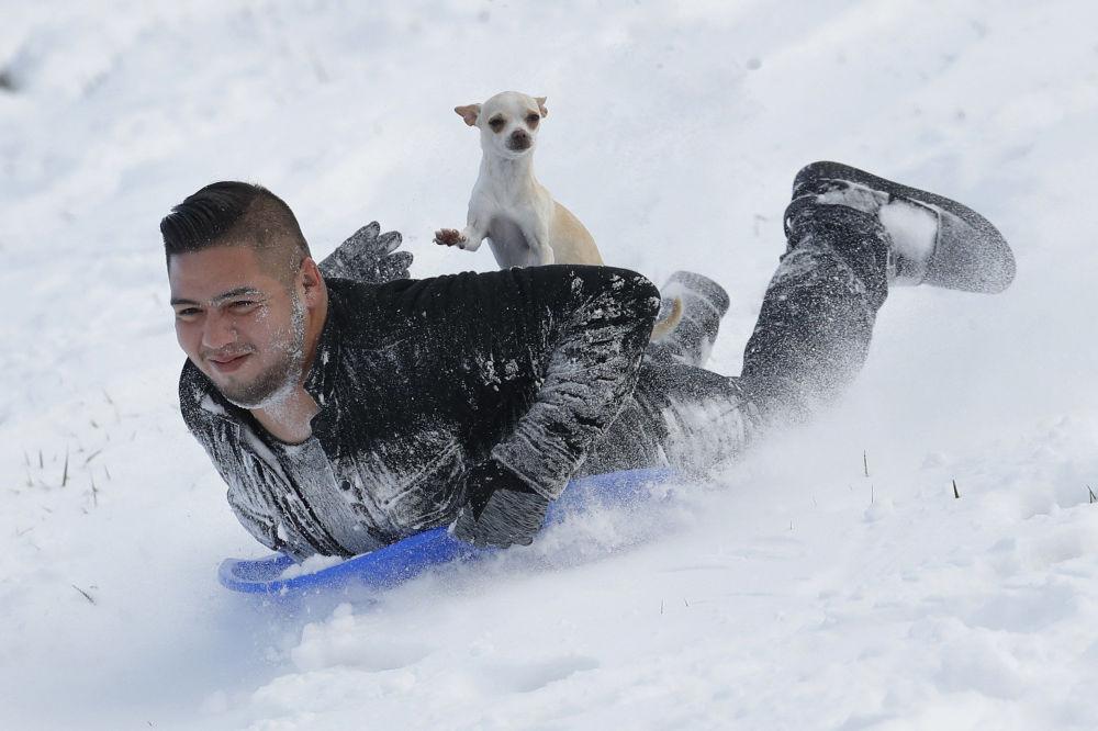 Jonny Mendoza e il suo cane Subi a Kansas, USA.