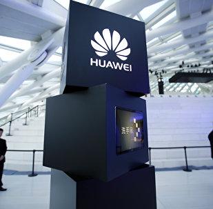 Un pilastro con il logo Huawei