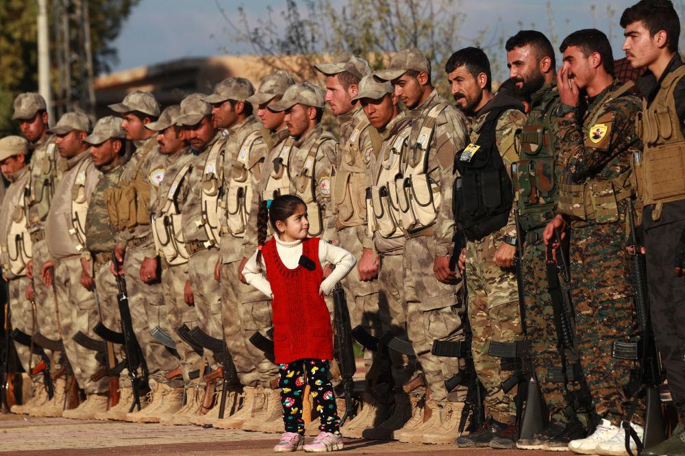 I soldati delle Forze Democratiche Siriane al funerale del loro commilitone.