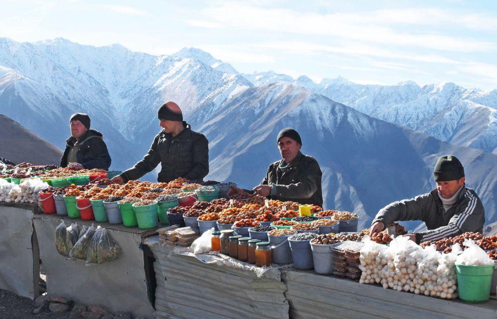 I venditori di frutta secca in un passo di montagna in Tagikistan.
