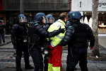 La polizia francese ferma un manifestante dal gilet giallo