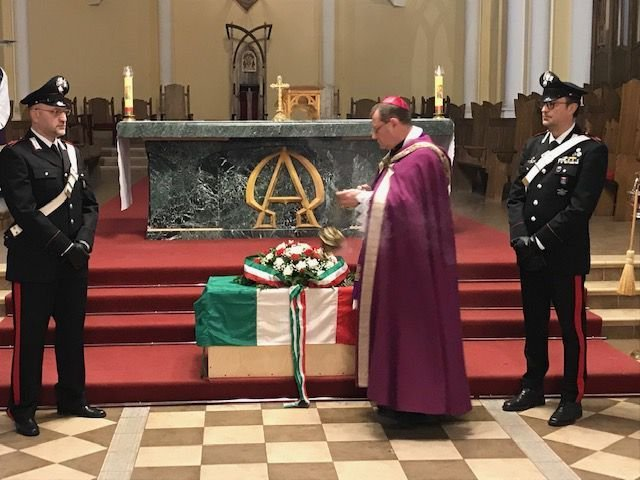 La benedizione delle spoglie dei 12 caduti italiani operata da monsignor Pezzi