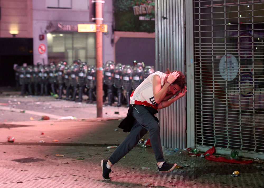 Gli scontri tra la polizia e i tirosi di River Plate a Buenos Aires, Argentina