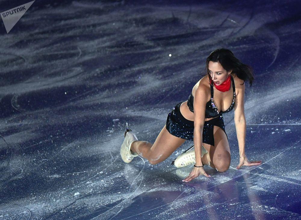 La pattinatrice russa Elizaveta Tuktamysheva partecipa alle esibizioni della finale di Gran Prix del pattinaggio artistico a Vancouver.