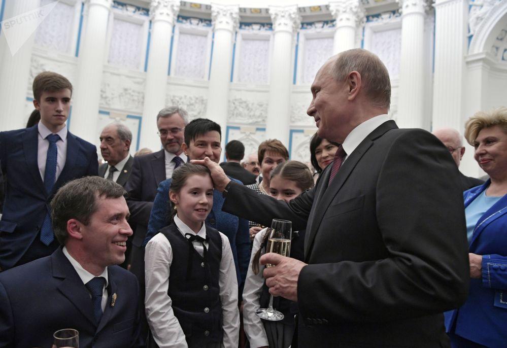 Il presidente russo Vladimir Putin e il presidente della Società panrussa degli invalidi Mikhail Terentiev (a sinistra)