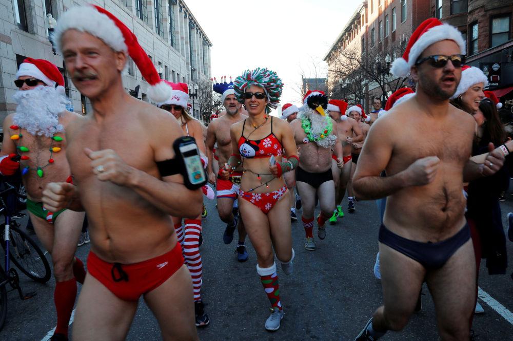 I partecipanti della corsa annuale di Santa Claus a Boston, USA.