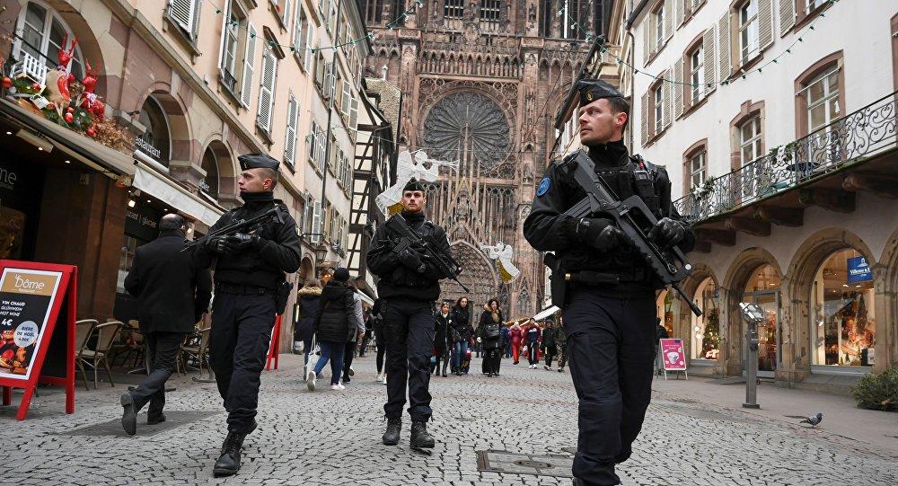 Poliziotti francesi armati in pattugli