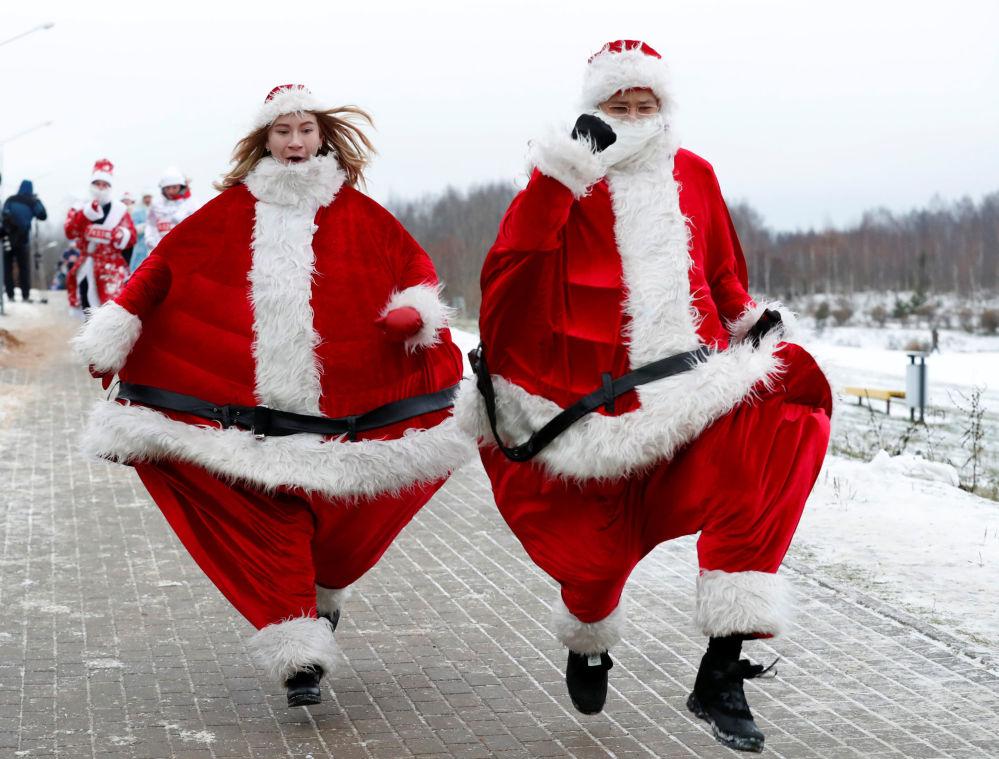 Due bielorussi travestiti da babbo di natale a Minsk.