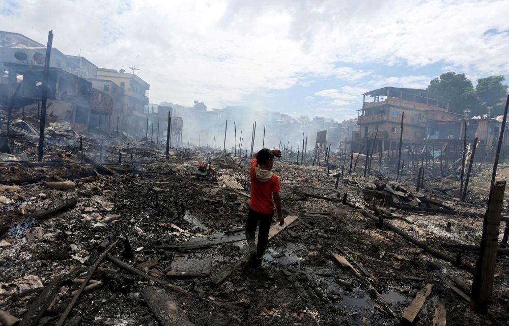 Un bambino al posto dell'incendio nella città di Manaus, Brasile.