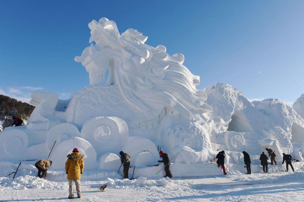 La scultura di un dracone fatto di ghiaccio e neve nella Cina.