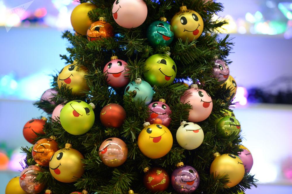 Albero di Natale al mercantino di Natale internazionale Christmas Time. 100 giorni al Capodanno nella Casa Centrale degli Artisti a Mosca.