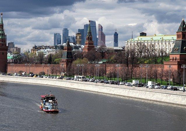 Battello turistico sulla Moscova di fronte al Cremlino
