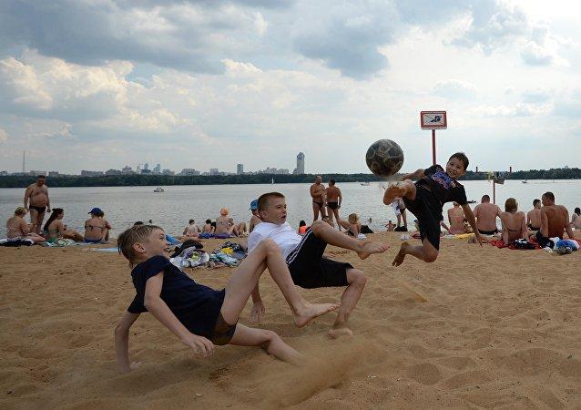 Bambini in spiaggia sulla Moscova
