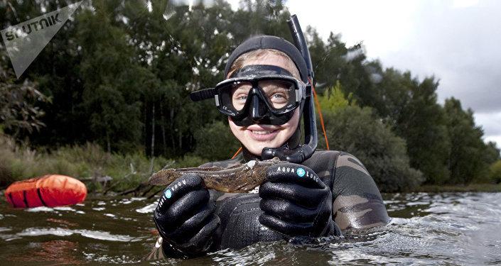 Gara di pesca subacquea alla spiaggia di Stroghinskaya sulla Moscova