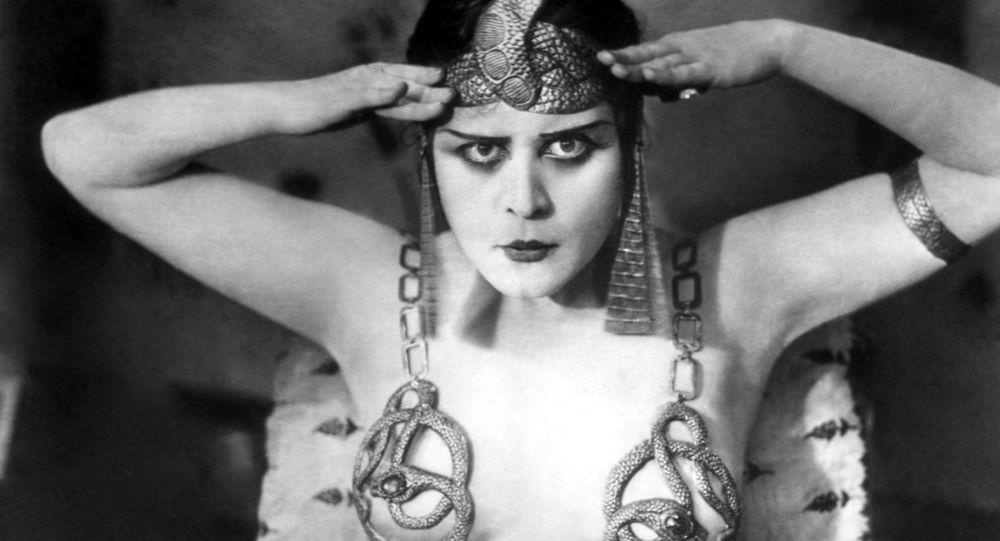 L'attrice americana Theda Bara interpreta Cleopatra