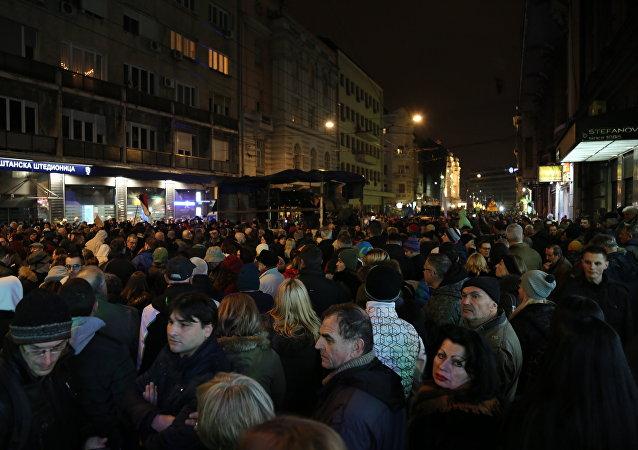 Migliaia di serbi in manifestazione contro il proprio presidente