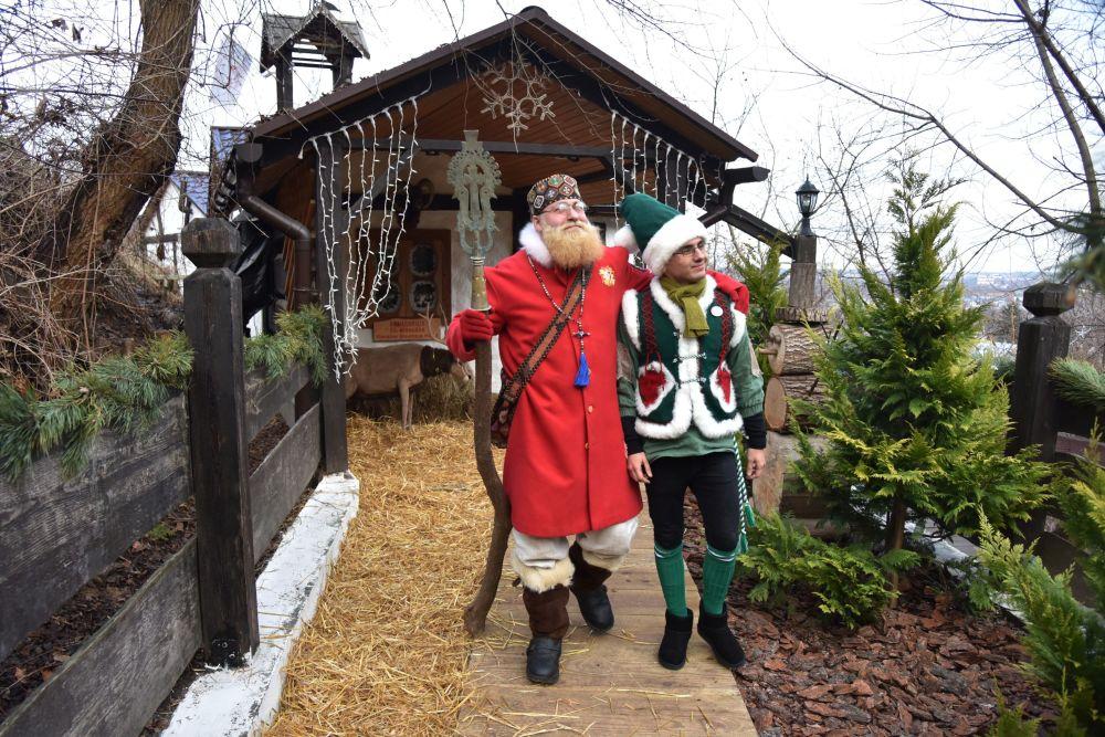 Babbo Natale e i suoi fratelli da tutto il mondo.