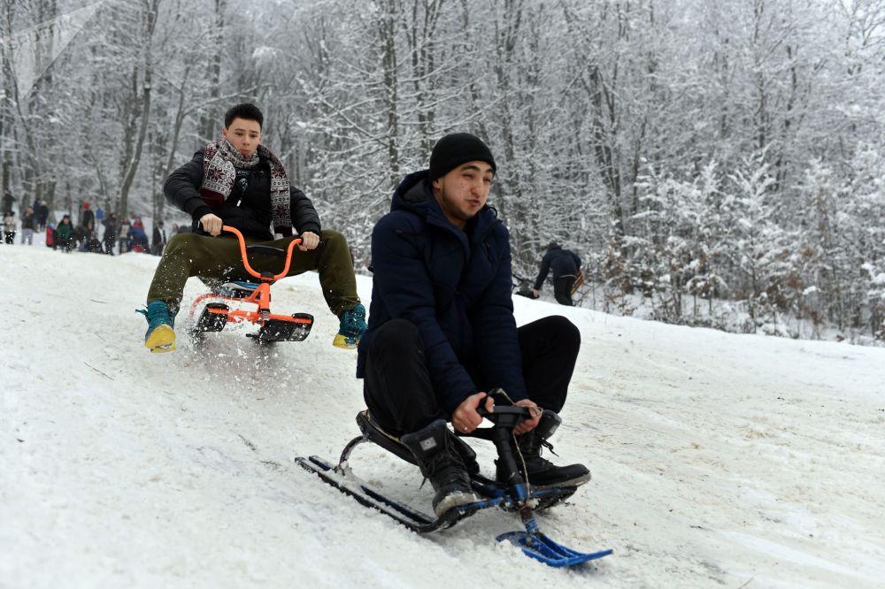I turisti sulle slitte al passo di Angarskij.