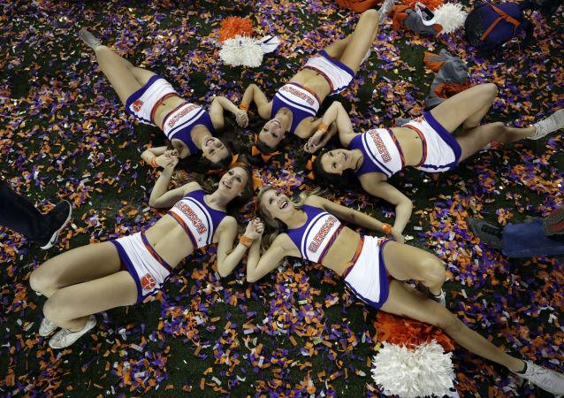 Le cheerleader Clemson festeggiano la vittoria della loro squadra al campionato NCCA.
