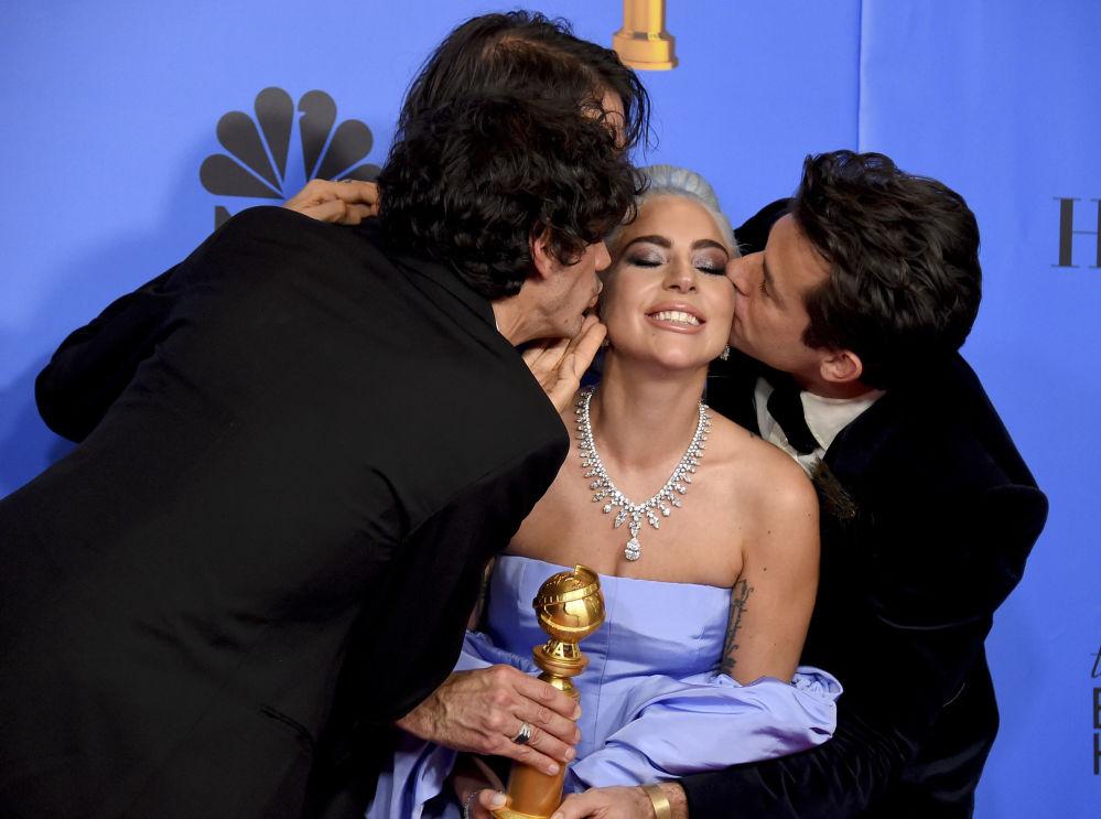 Anthony Rossomando, Andrew Wyatt e Mark Ronson baciano Lady Gaga al Golden Globe.