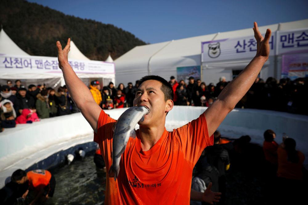 Un partecipante al festival di trota a Hwacheon, Corea del Sud.