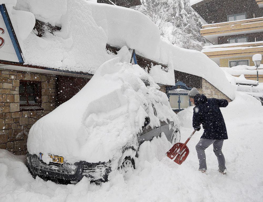 Le conseguenze della nevicata a Vilzmoos, Austria.