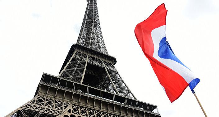 Tour Eiffel à Paris et le drapeau de France.