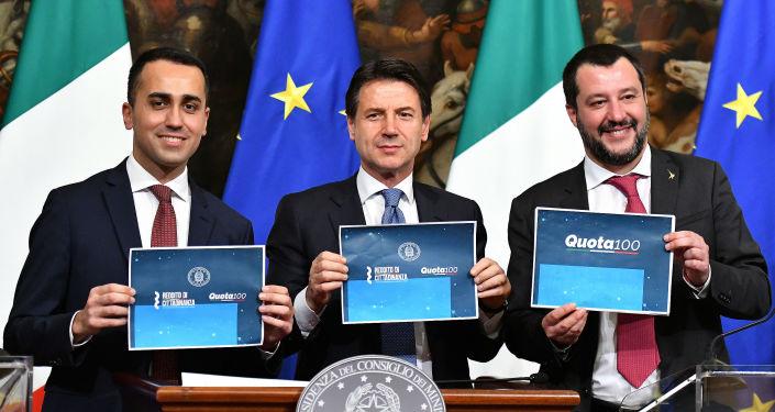 Luigi Di Maio, Giuseppe Conte e Matteo Salvini dopo il voto sul reddito di cittadinanza e quota 100