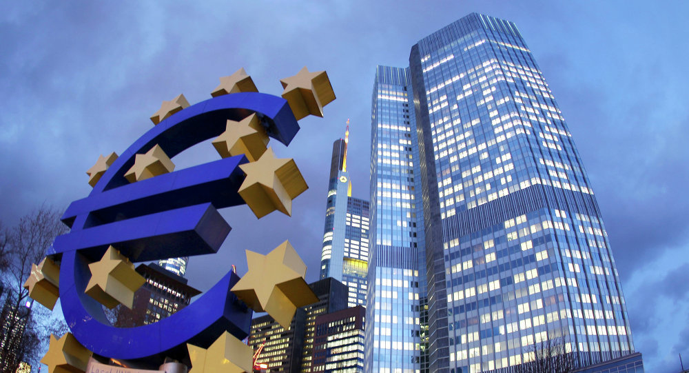 La scultura dell'Euro di fronte alla sede della Banca Centrale Europea a Francoforte