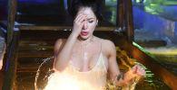 Una ragazza si immerge nell'acqua gelata, Tatarstan.